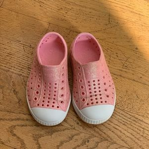 Toddler pink glitter native shoes